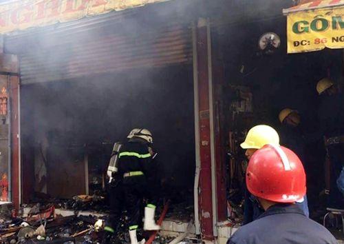 Cảnh sát dùng búa phá cửa, khống chế đám cháy tại cửa hàng gốm sứ ở Sài Gòn - Ảnh 1
