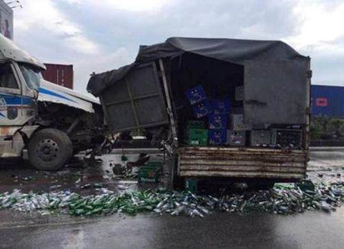 Container đâm xe tải, hàng nghìn vỏ bia tràn xuống quốc lộ 5 - Ảnh 1