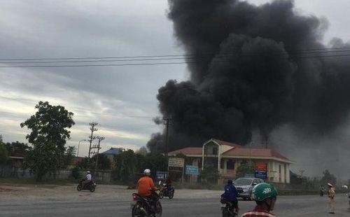 Cháy lớn tại nhà xưởng ở Hải Phòng, cột khói đen cao hàng trăm mét - Ảnh 1