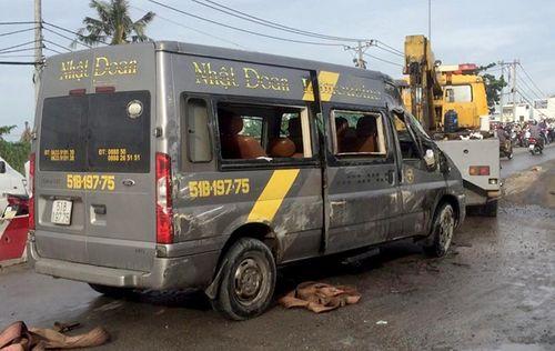 Xe khách bị lật ở Sài Gòn, hàng chục người kêu cứu - Ảnh 1
