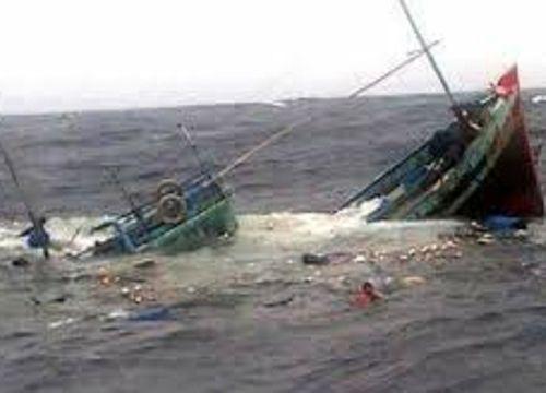 2 tàu cá bị sóng đánh chìm, một ngư dân mất tích - Ảnh 1