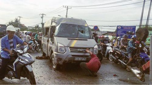 Xe khách bị lật ở Sài Gòn, hàng chục người kêu cứu - Ảnh 2