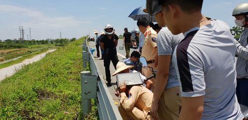 Hiện trường vụ 2 thiếu nữ tử vong trên cầu vượt qua ở Hưng Yên - Ảnh 4