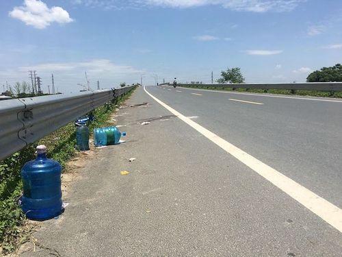 Hiện trường vụ 2 thiếu nữ tử vong trên cầu vượt qua ở Hưng Yên - Ảnh 3