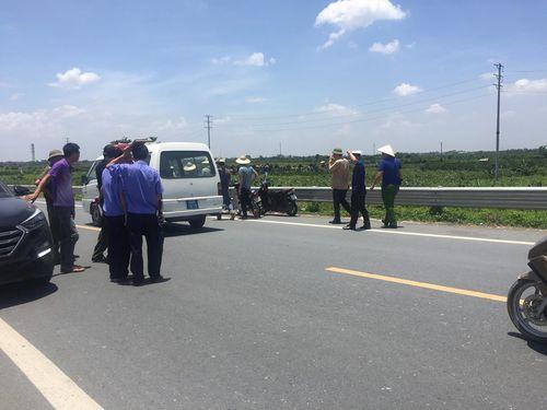 Vụ 2 thiếu nữ tử vong ở Hưng Yên: Người thân mang quan tài đến trụ sở công an - Ảnh 2
