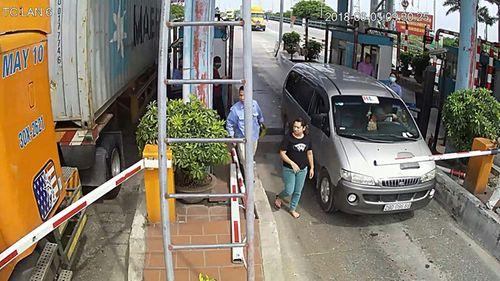 Tài xế dùng dao chặt barie, đánh nhân viên trạm thu phí BOT Tân Đệ - Ảnh 1