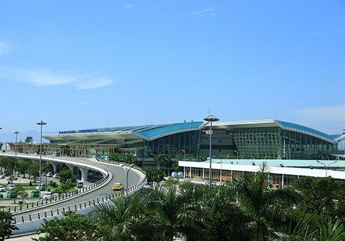 Ném điện thoại vào mặt nhân viên hàng không ở Đà Nẵng bị phạt 7,5 triệu - Ảnh 1
