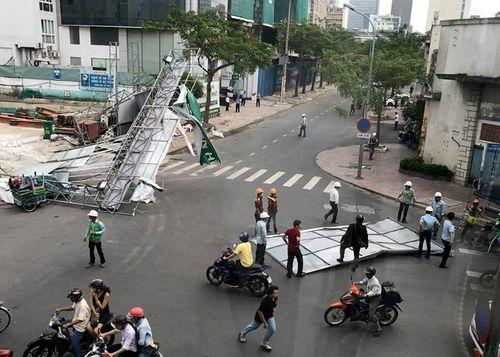Cây cổ thụ bật gốc đè trúng ô tô trong cơn lốc mạnh ở Sài Gòn - Ảnh 2