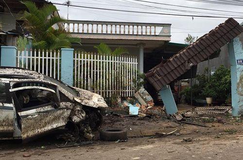 Ô tô đâm sập cổng nhà dân, 4 người bị thương - Ảnh 1
