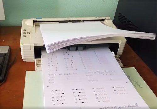 Sai phạm trong chấm thi tại Hà Giang: 2 thanh tra vắng mặt khi quét bài thi trắc nghiệm - Ảnh 1