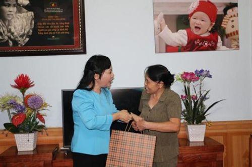 """Bộ trưởng Bộ Y tế hát """"Người con gái sông La"""" tặng nữ anh hùng La Thị Tám - Ảnh 1"""