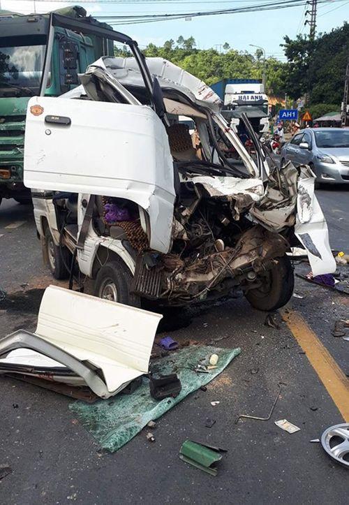 Xe hổ vồ đấu đầu ô tô 7 chỗ, 5 người bị thương nặng - Ảnh 1