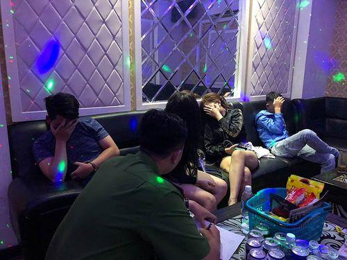 """""""Đột kích"""" quán karaoke ở Sài Gòn, bắt quả tang 16 nam nữ phê ma túy - Ảnh 1"""