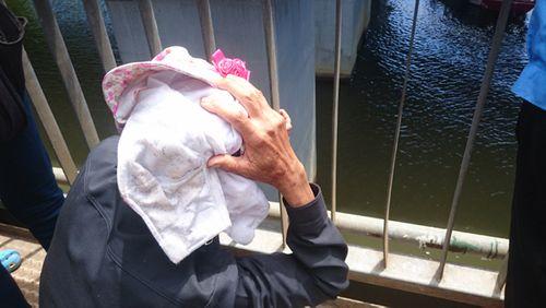 Cha già khóc nghẹn trên cầu khi con gái nhảy xuống sông tự tử - Ảnh 2