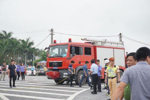 Dựng lại hiện trường vụ xe khách tông xe cứu hỏa khiến một cảnh sát tử vong - Ảnh 2