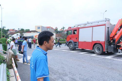 Dựng lại hiện trường vụ xe khách tông xe cứu hỏa khiến một cảnh sát tử vong - Ảnh 5