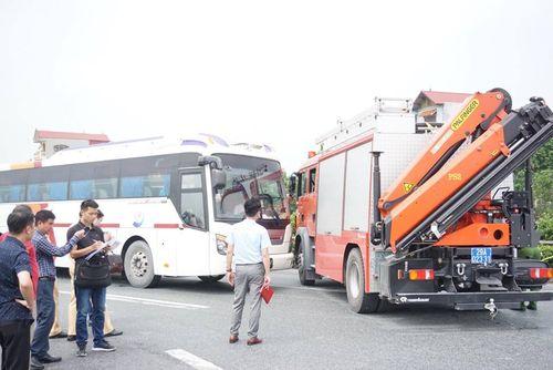 Dựng lại hiện trường vụ xe khách tông xe cứu hỏa khiến một cảnh sát tử vong - Ảnh 1