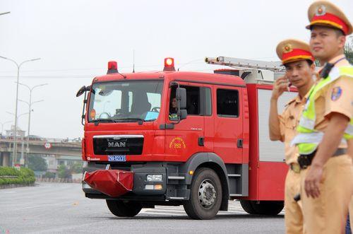 Dựng lại hiện trường vụ xe khách tông xe cứu hỏa khiến một cảnh sát tử vong - Ảnh 3