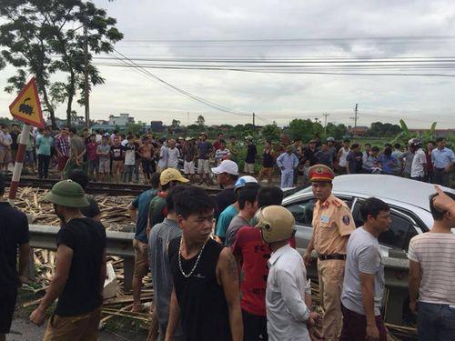 Tàu hỏa tông nát ô tô ở Nam Định, 4 người thương vong - Ảnh 1