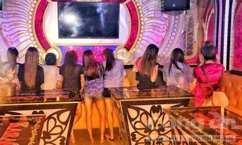 """Nữ tiếp viên ăn mặc """"mát mẻ"""" phục vụ """"khách vip"""" trong quán karaoke ở Sài Gòn - Ảnh 1"""