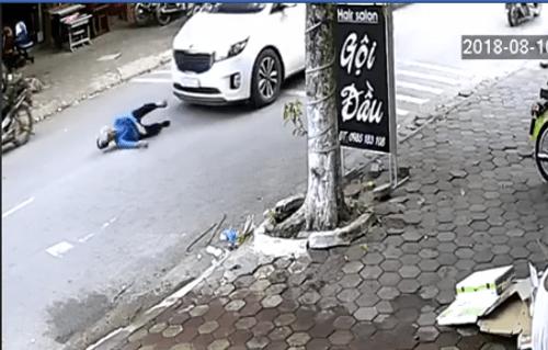 Video: Gây tai nạn, tài xế kéo cụ bà vào vỉa hè rồi thản nhiên bỏ đi - Ảnh 1