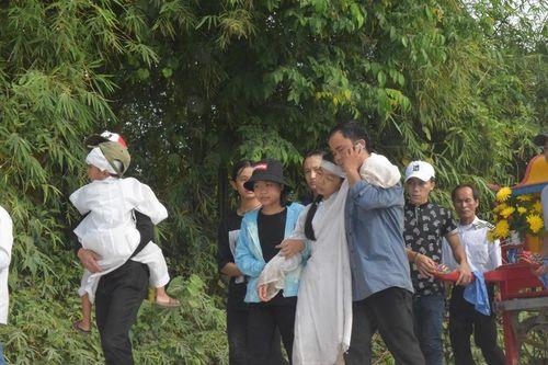 Vụ tai nạn ở Quảng Nam: Mẹ ôm cháu tật nguyền khóc nghẹn gọi con - Ảnh 4