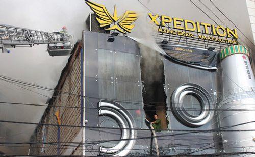 Cháy quán bia giữa trung tâm Đà Lạt, nhiều du khách hoảng loạn - Ảnh 1