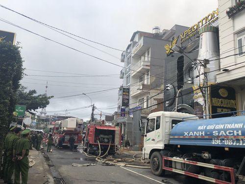 Cháy quán bia giữa trung tâm Đà Lạt, nhiều du khách hoảng loạn - Ảnh 2