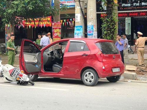 Mở cửa ô tô bất cẩn gây tai nạn, nữ sinh bất tỉnh tại chỗ - Ảnh 1