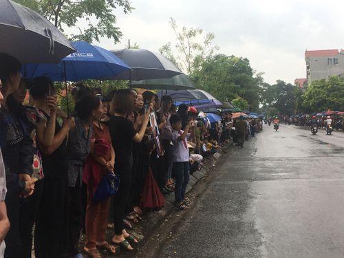 Người dân Ninh Bình ôm di ảnh Chủ tịch nước Trần Đại Quang chờ đón linh cữu - Ảnh 11