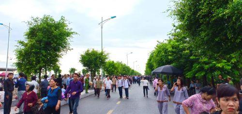 Người dân Ninh Bình ôm di ảnh Chủ tịch nước Trần Đại Quang chờ đón linh cữu - Ảnh 3