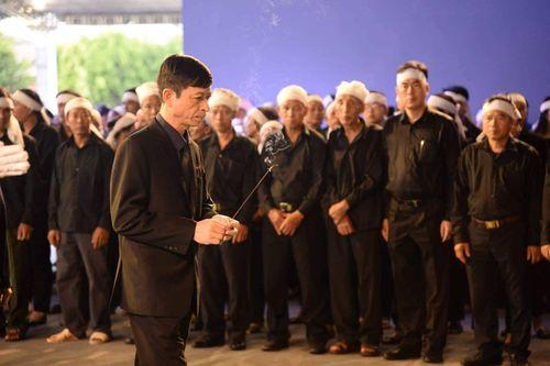Người dân Ninh Bình ôm di ảnh Chủ tịch nước Trần Đại Quang chờ đón linh cữu - Ảnh 8