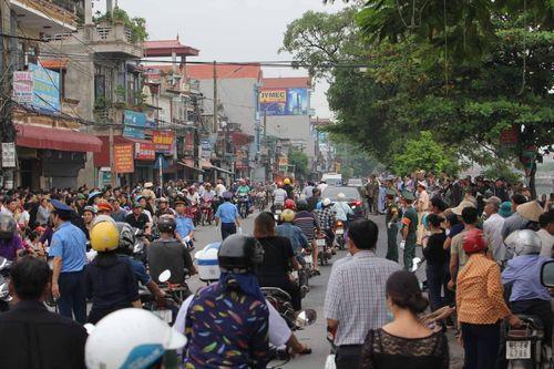 Người dân Ninh Bình ôm di ảnh Chủ tịch nước Trần Đại Quang chờ đón linh cữu - Ảnh 10