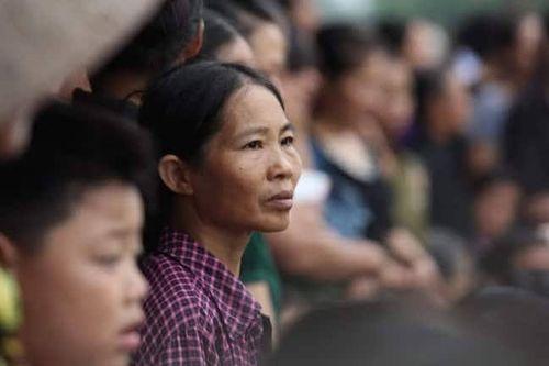 Người dân Ninh Bình ôm di ảnh Chủ tịch nước Trần Đại Quang chờ đón linh cữu - Ảnh 9