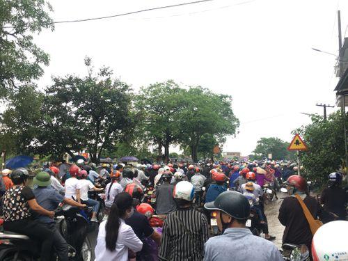 Người dân Ninh Bình ôm di ảnh Chủ tịch nước Trần Đại Quang chờ đón linh cữu - Ảnh 17
