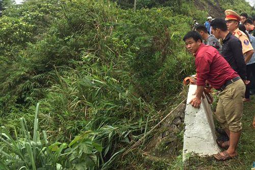 Xe 7 chỗ lao xuống vực sâu 100m trên đèo Giàng, 5 người bị thương - Ảnh 2
