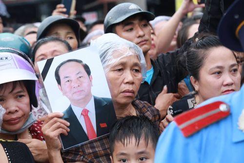 Người dân Ninh Bình ôm di ảnh Chủ tịch nước Trần Đại Quang chờ đón linh cữu - Ảnh 15