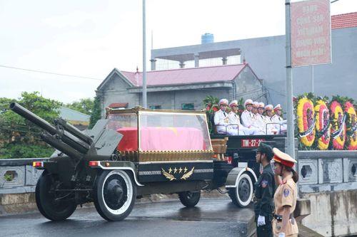 Người dân Ninh Bình ôm di ảnh Chủ tịch nước Trần Đại Quang chờ đón linh cữu - Ảnh 16