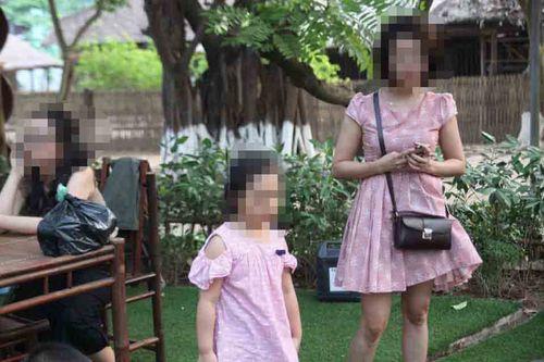 Vụ cô gái tử vong vì khung sắt công trình rơi trúng: Con gái nạn nhân khóc đòi mẹ - Ảnh 1