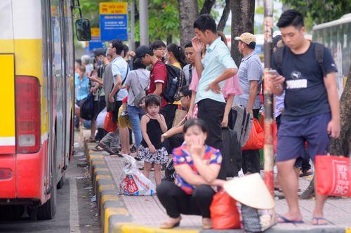 Người dân trở lại Hà Nội sau kỳ nghỉ lễ 2/9, 19h tối cửa ngõ Thủ đô vẫn ùn tắc kéo dài - Ảnh 4
