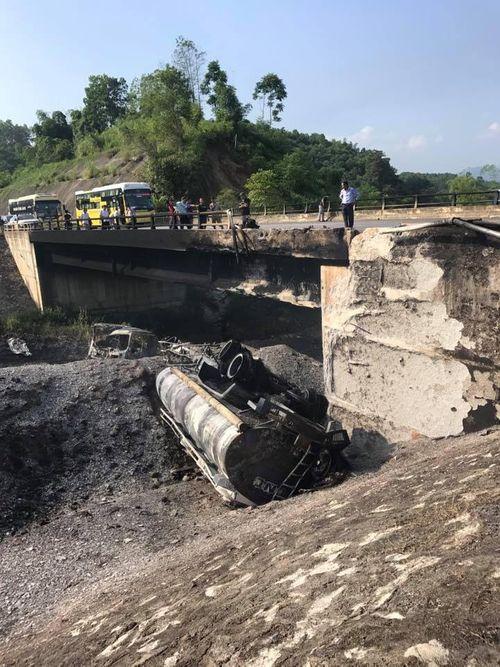 Xe bồn chở dầu tông vào xe con, lao xuống chân cầu nổ như bom - Ảnh 1