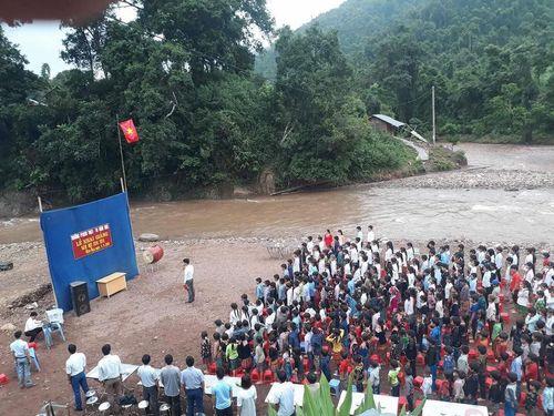 Xót xa hình ảnh học sinh Lai Châu đi chân đất, dự lễ khai giảng cạnh bờ suối - Ảnh 3