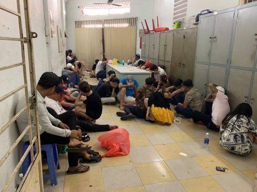 """Cảnh sát đột kích vũ trường ở TP.HCM, phát hiện gần 30 """"dân chơi"""" phê ma túy - Ảnh 2"""