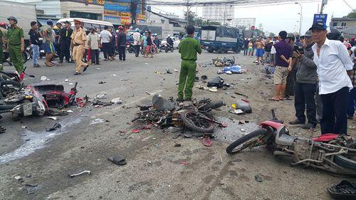 Vụ tai nạn thảm khốc ở Long An, nhiều người chết: Rùng mình hình ảnh nạn nhân nằm la liệt - Ảnh 5