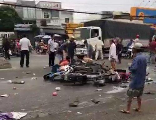 Vụ tai nạn thảm khốc ở Long An, nhiều người chết: Rùng mình hình ảnh nạn nhân nằm la liệt - Ảnh 8