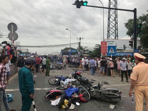 Vụ tai nạn thảm khốc ở Long An, nhiều người chết: Rùng mình hình ảnh nạn nhân nằm la liệt - Ảnh 9