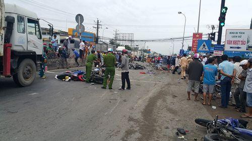Vụ tai nạn kinh hoàng ở Long An, 4 người chết: Chồng ngất xỉu vì chứng kiến thi thể vợ không nguyên vẹn - Ảnh 2