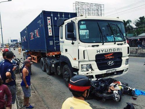 Vụ tai nạn kinh hoàng ở Long An, nhiều người chết: Danh tính tài xế container - Ảnh 1