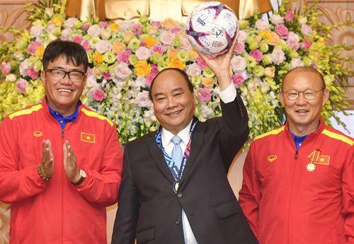 Thủ tướng gọi điện cho HLV Park Hang-seo, khích lệ đội tuyển Việt Nam trước trận tứ kết - Ảnh 1