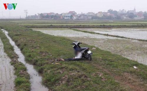 Nam thanh niên chết gục trên xe máy ở giữa cánh đồng - Ảnh 1
